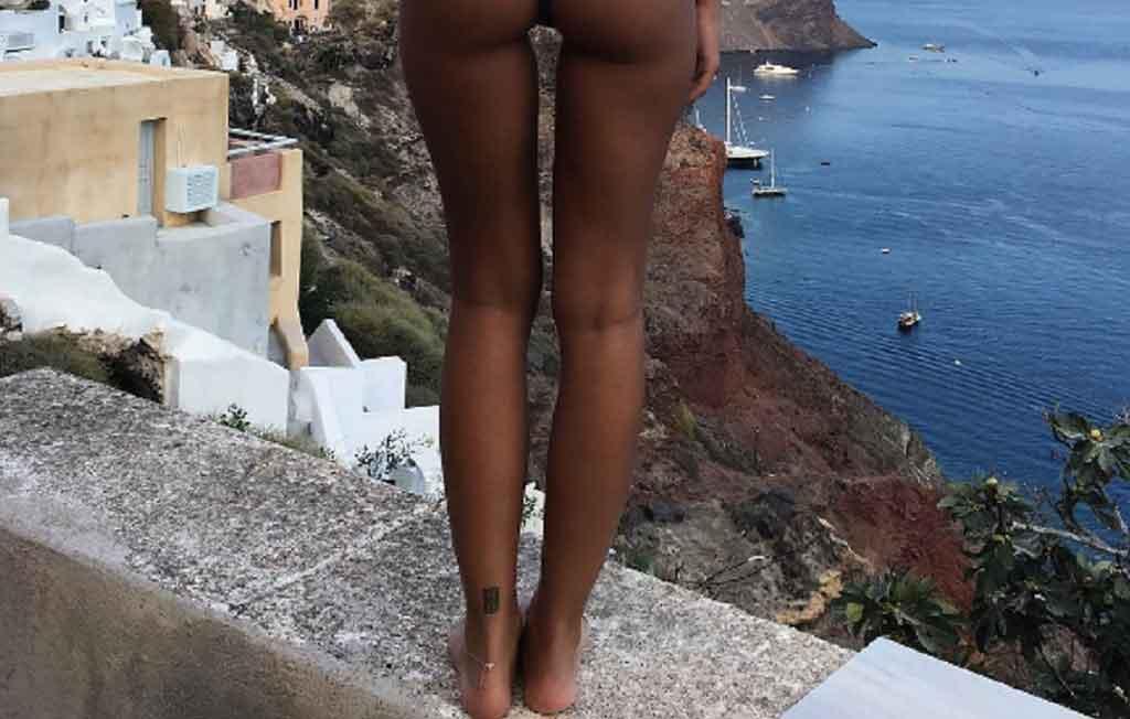 Emily_Ratajkowski_santorini